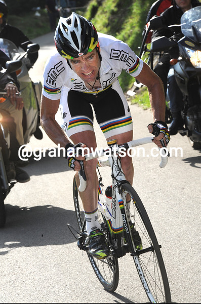 CADEL EVANS CLIMBS THE MORTIROLO ON STAGE FIFTEEN OF THE 2010 GIRO D'ITALIA