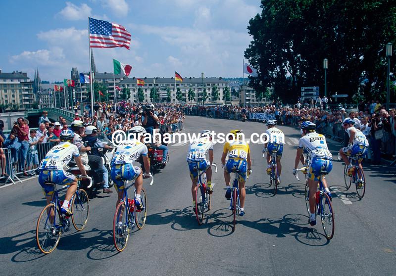 Chris Boardman iwith his Gan team n the 1994 Tour de France