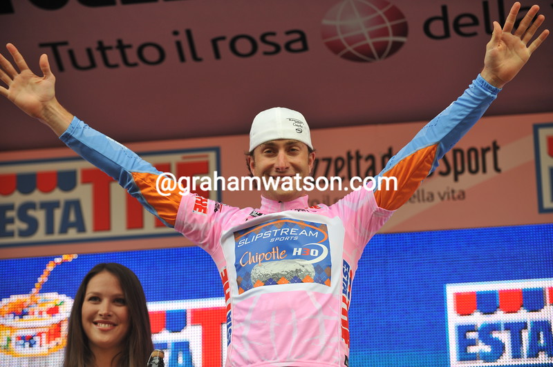 CHRISTIAN VANDEVELDE WEARS THE MAGLIA ROSA AFTER STAGE ONE OF THE 2008 GIRO D'ITALIA