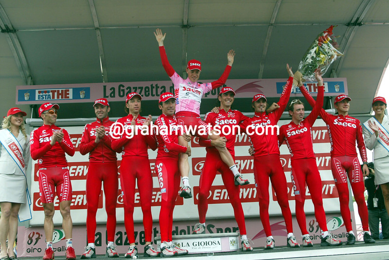 Damiano Cunego and his Saeco team after stage seven of the 2004 Giro d'Italia