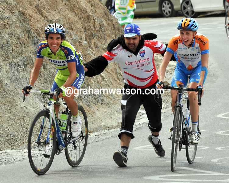 OLIVER ZAUGG AND DANIEL MARTIN GET A PUSH IN THE 2009 TOUR OF SPAIN