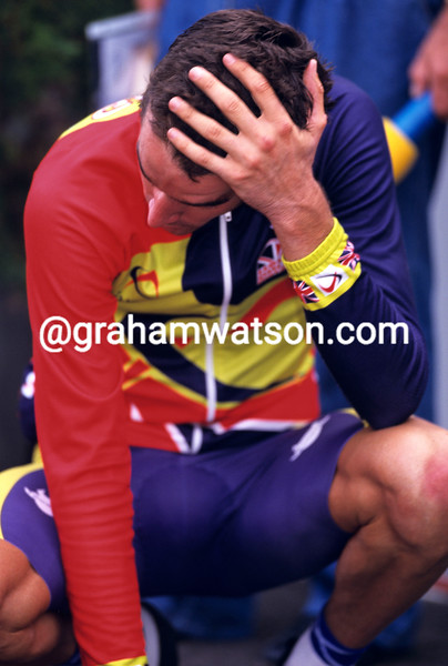 DAVID MILLAR LOOKS CRUSHED AFTER LOSING TO JAN ULLRICH IN THE 2001 WORLD TIME TRIAL CHAMPIONSHIPS IN LISBON, PORTUGAL