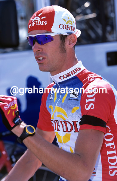 DAVID MILLAR WEARS A BLACK ARMBAND IN TRIBUTE TO 9/11 VICTIMS BEFORE STAGE 5 OF THE 2001 VUELTA A ESPANA