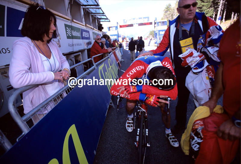 DAVID MILLAR IS WATCHED BY HIS MOTHER AFTER A STAGE OF THE 2001 VUELTA A ESPANA