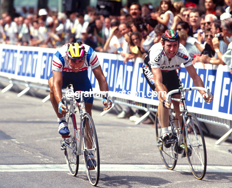 Djadmolodine Abdujaparov beats Sean Kelly to win a stage of the 1991 Tour de France