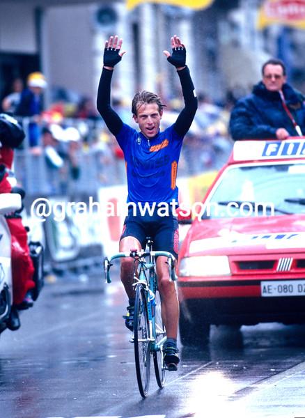 Evgeni Berzin wins a stage of the 1995 Giro d'Italia