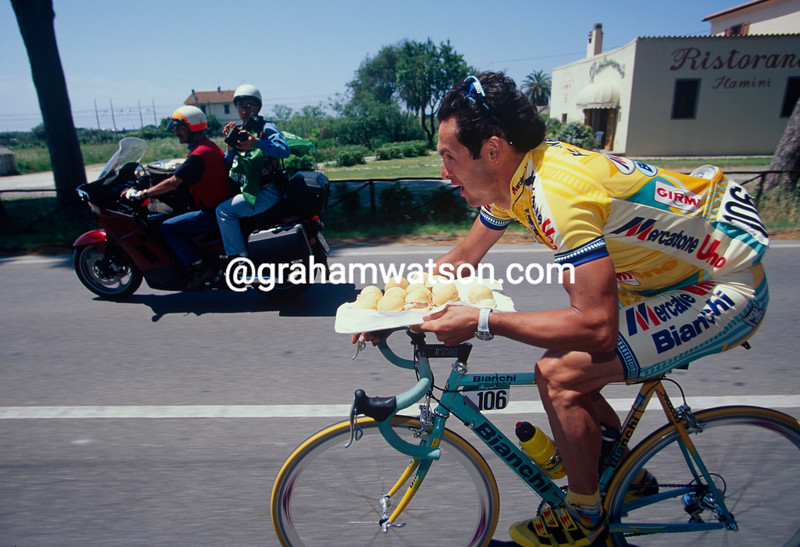 Fabio Fontanelli collects cakes in the 1992 Giro d'Italia