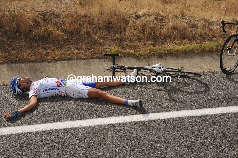 A Spanish cyclists pretends to have crashed in the 2009 Vuelta a España