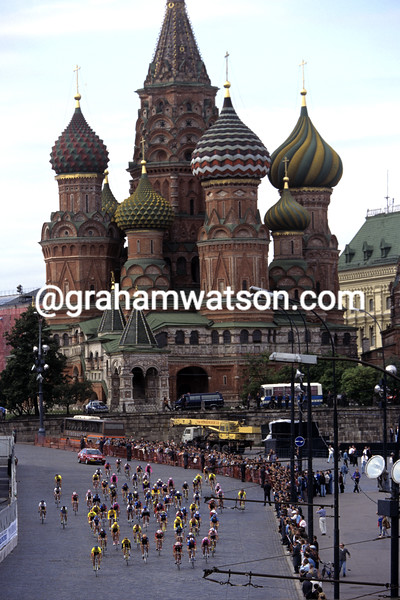 Cyclists in the Moscow masters criterium in 1995