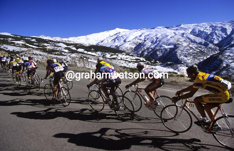 Cyclists climb to Sierra Nevada in the Ruta del Sol