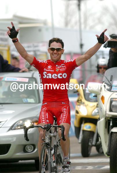 GILBERTO SIMONI WINS A STAGE OF THE 2004 GIRO D'ITALIA