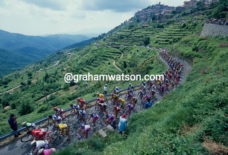 The peloton in Cinq Terra in the 2003 Giro d'Italia