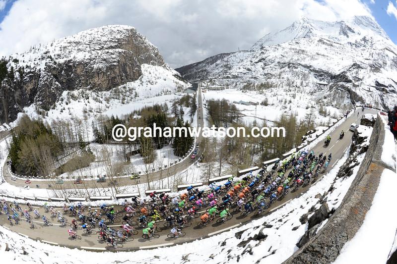 The 2013 Giro d'Italia climbs the Col de Mont Cenis