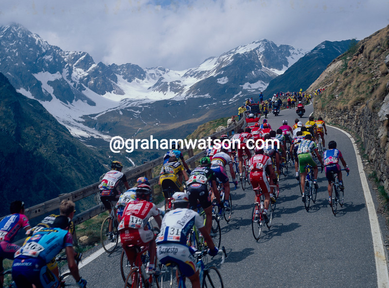 The peloton climbs the Passo di Gavia in the 1999 Giro d'Italia