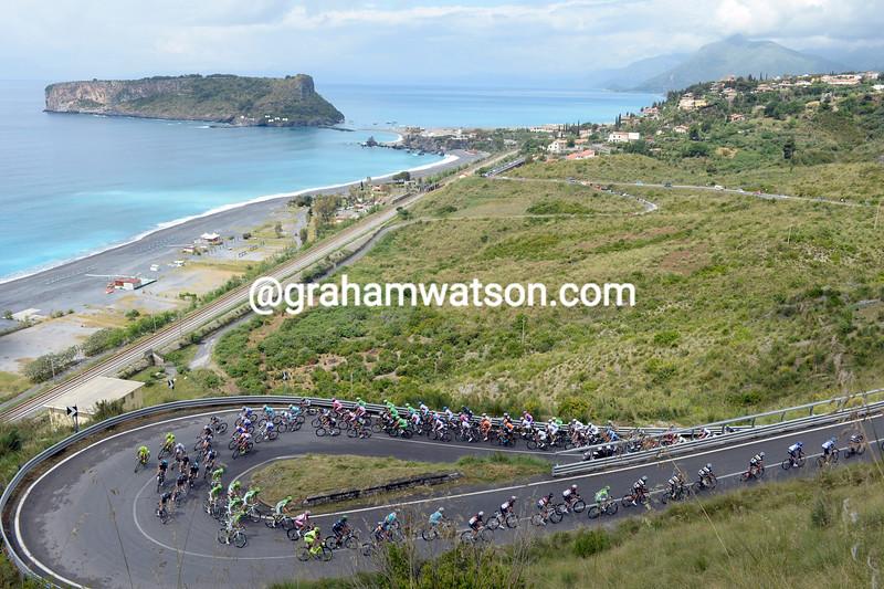 The peloton climbs above the little island of Braia a Mare in the 2013 Giro d'Italia