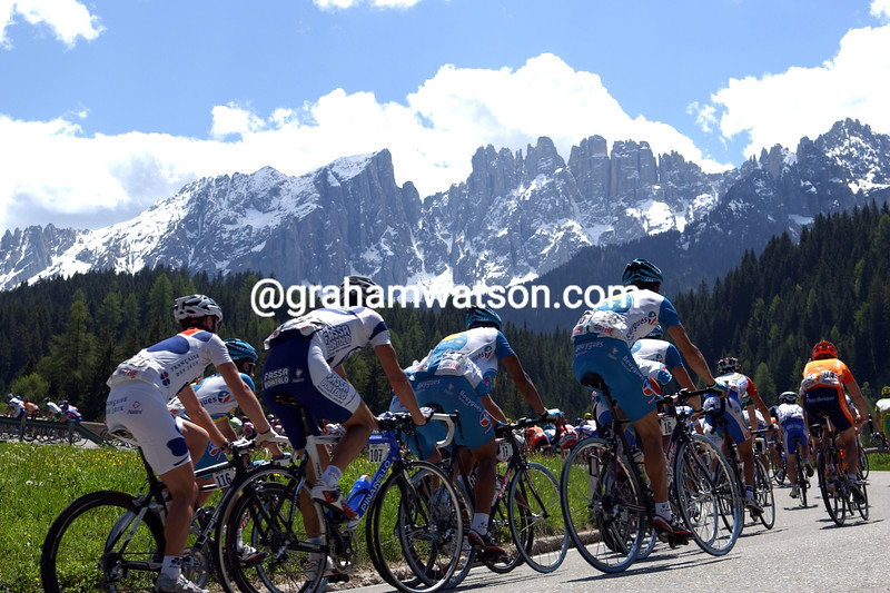 The peloton climbs in the Dolomites in the 2001 Giro d'Italia