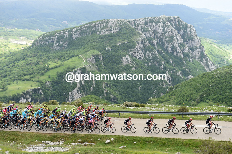 The peloton in Abruzzi on stage six of the 2016 Giro d'Italia