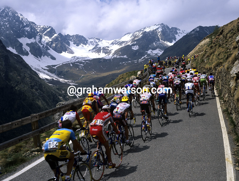 Cyclists climb the Passo Gavia in the 1991 Giro d'Italia