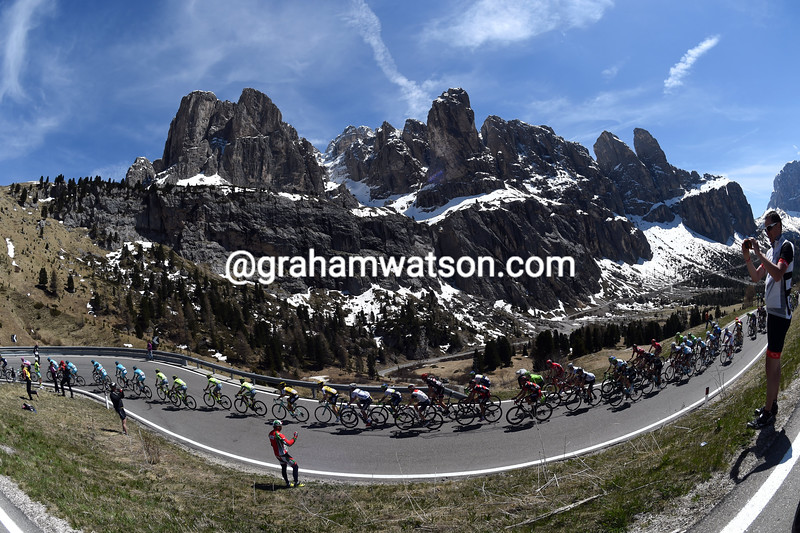 The peloton on stage fourteen of the 2016 Giro d'Italia