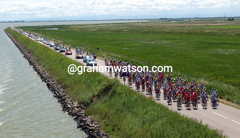 The peloton crosses the Commachio peninsular in the 2003 Giro d'Italia