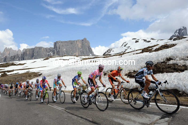THE PELOTON ON STAGE FIFTEEN OF THE 2011 GIRO D'ITALIA