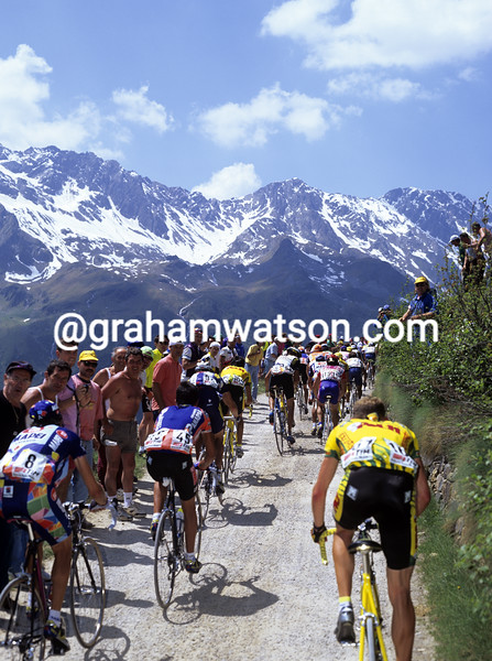Cyclists climb ithe Passo Gavia in the 1995 Giro d'Italia