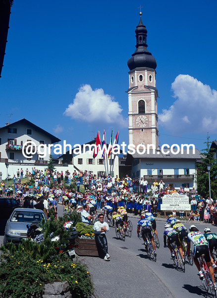 The peloton on a stage of the 1991 Giro d'Italia