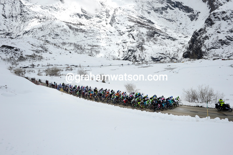 The peloton climbs the Col de Mont-Cenis in the 2013 Giro d'Italia