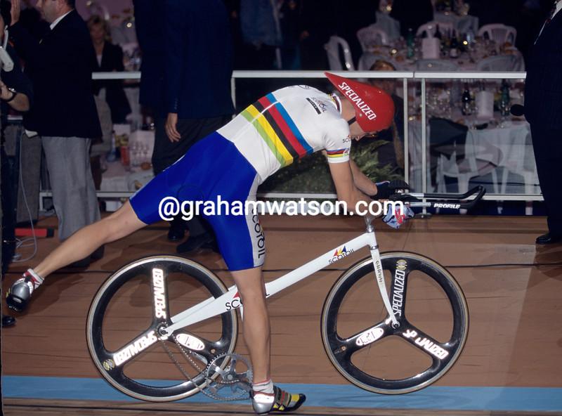 Graeme Obree suffers a mechanical mishap at a 1993 pursuit race against Chris Boardman in Paris