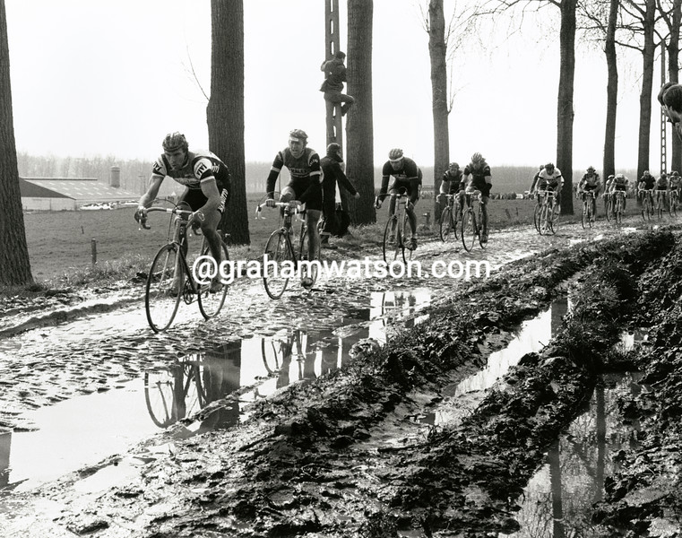 Cyclists on the Paddiestraat in the 1983 Tour of Flanders