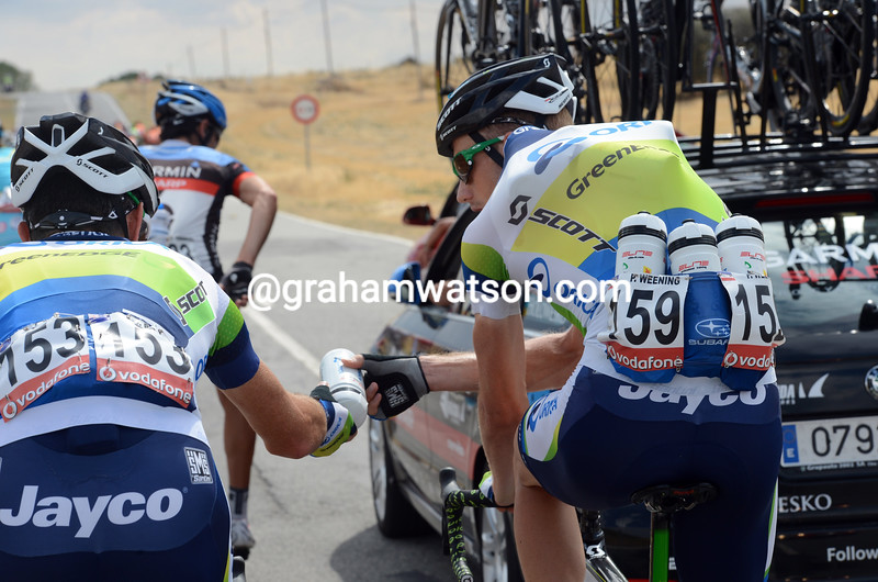Peter Weening gives a water bottle to Julian Dean on stage nineteen of the 2012 Vuelta EspaÒa