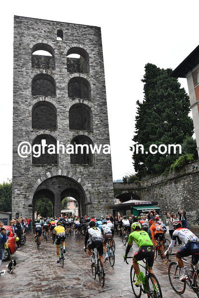 The peloton leaves Como n the 2016 Il Lombardia