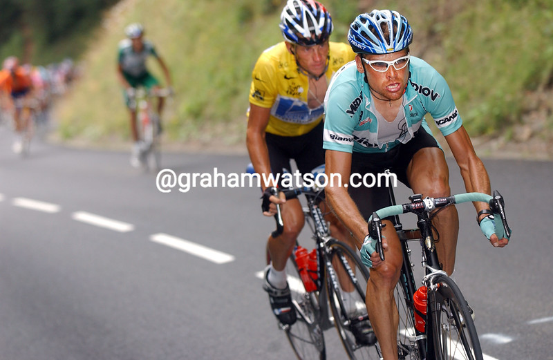 Jan Ullrich leads Lance Armstrong in the 2003 Tour de France
