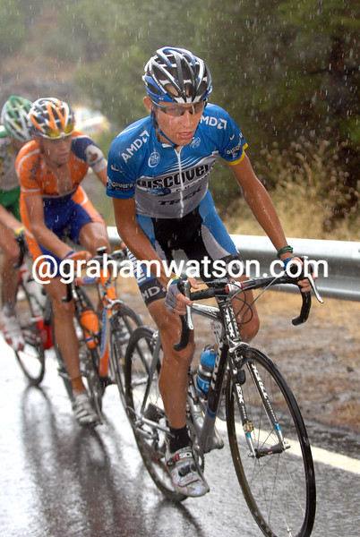 JANEZ BRAJKOVIC CLIMBS IN THE RAIN DURING STAGE SIXTEEN OF THE TOUR OF SPAIN