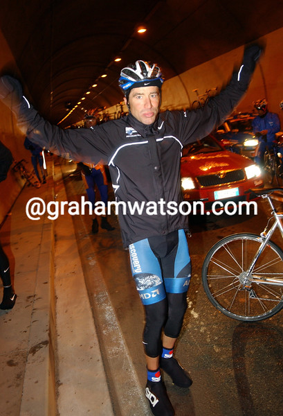 JOSE LUIS RUBIERA SHELTERS IN A ROAD TUNNEL DURING STAGE 16 OF THE 2007 GIRO D'ITALIA