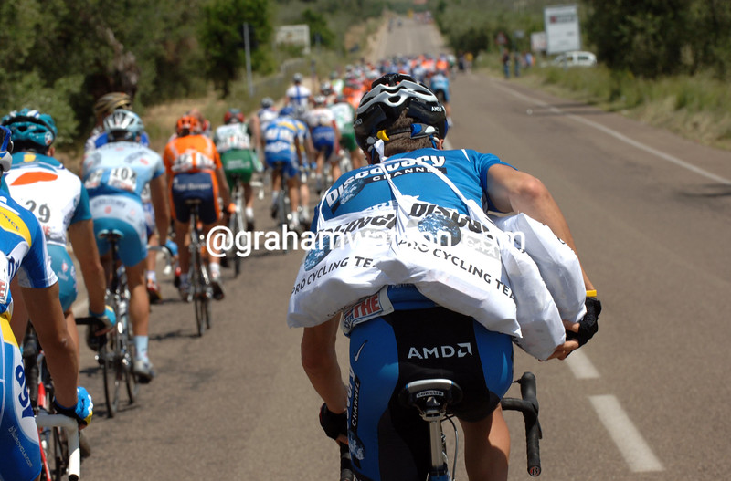 JOSE LUIS RUBIERA IS CARRYING FEED BAGS BACK  INTHE 2006 GIRO D'ITALIA