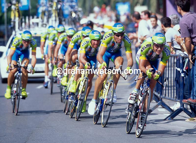 Aitor Gonzalez leads Kelme in the 2002 Vuelta a Espana
