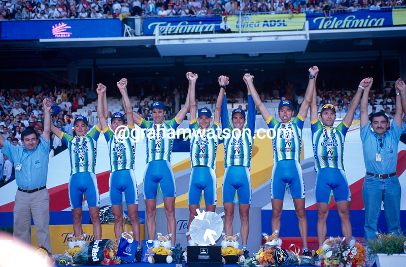 The Kelme cycling team wins the team prize in the 2002 Tour of Spain