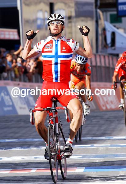 Kurt -Asle Arvesen wins stage ten of the 2004 Giro d'Italia