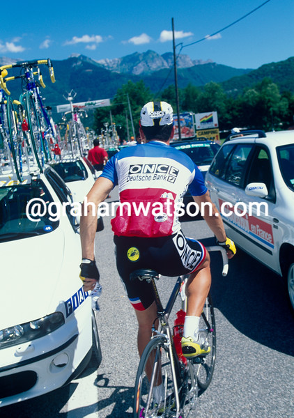 Laurent Jalabert throws away his race-number and abandons the 1998 Tour de France