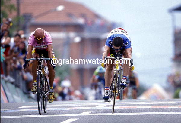 LAURENT JALABERT BEATS MARCO PANTANI TO WIN A STAGE OF THE 1998 GIRO DÕITALIA
