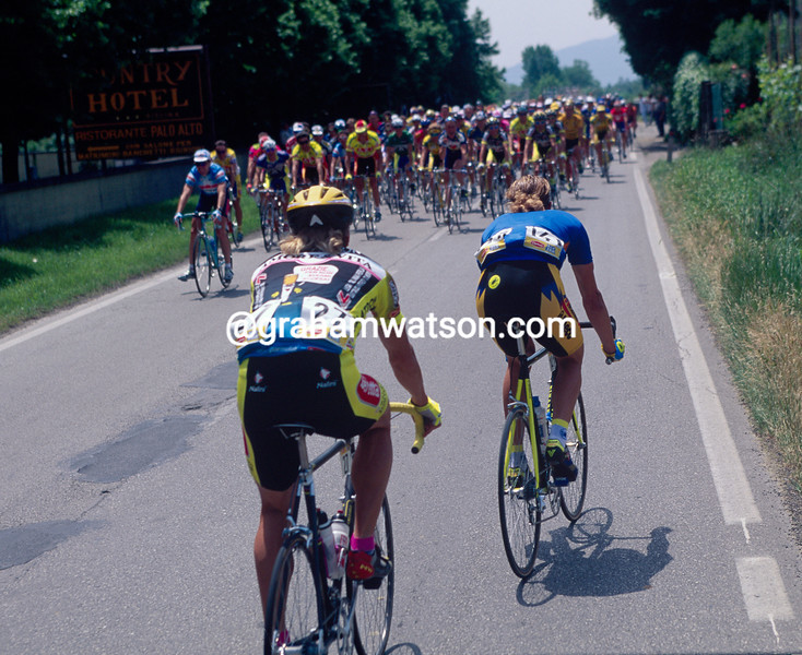 Mario Cipollini plays a game in the 1993 Giro d'Italia
