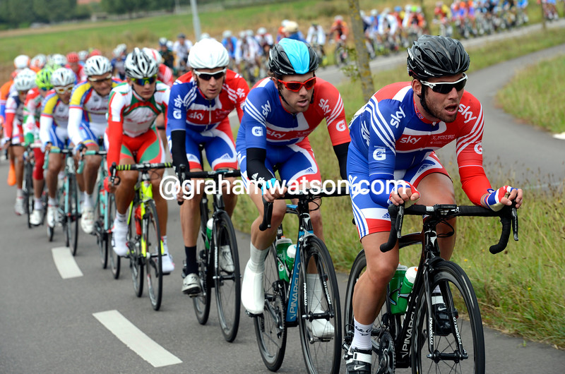 Mark Cavendish chases in the 2012 mens road race championships