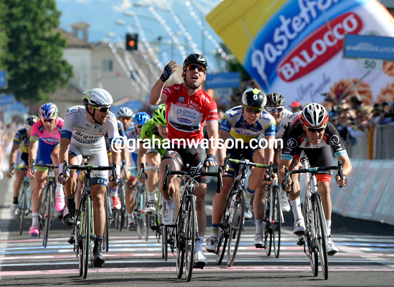 Mark Cavendish wins stage thirteen at the 2013 Giro d'Italia