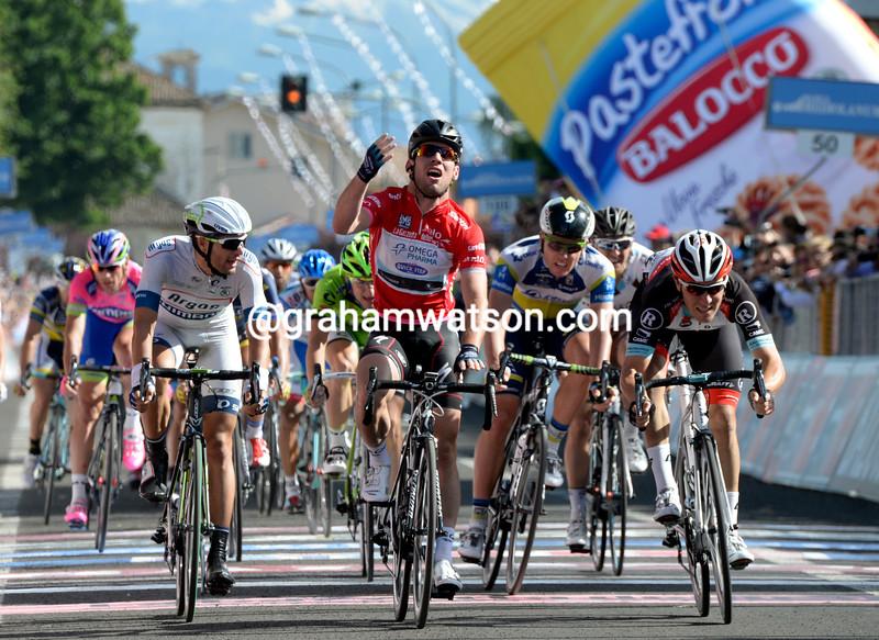 Mark Cavendish wins stage thirteen at the 2013 Giro d'Italia