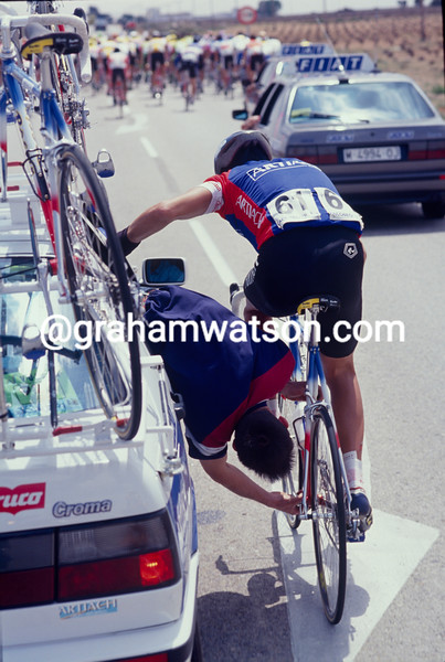 A cyclist gets mechanical help in the 1989 Tour of Spain