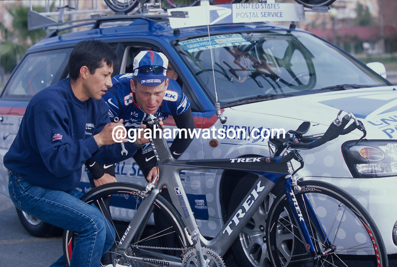 Lance Armstrong gets mechanical help  from Juan in the 2001 Vuelta a Murcia