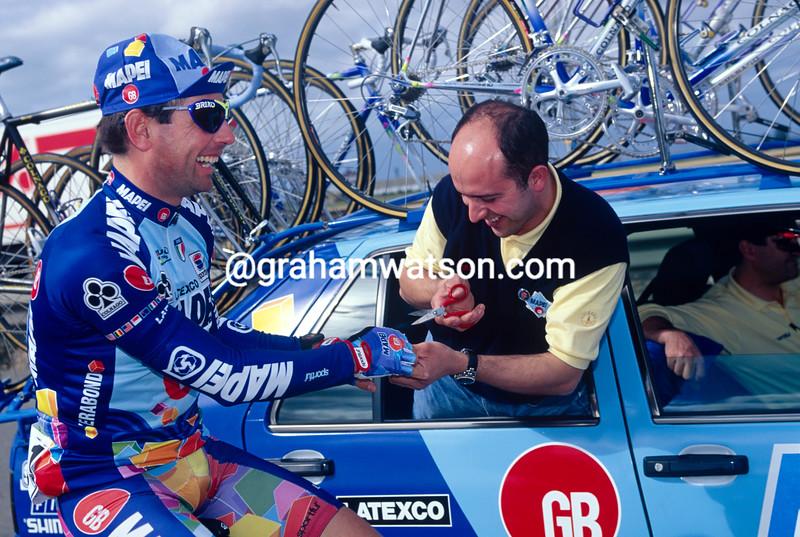 Miguel Torralbo makes repairs to Tony Romionger in the 1995 Giro d'Italia