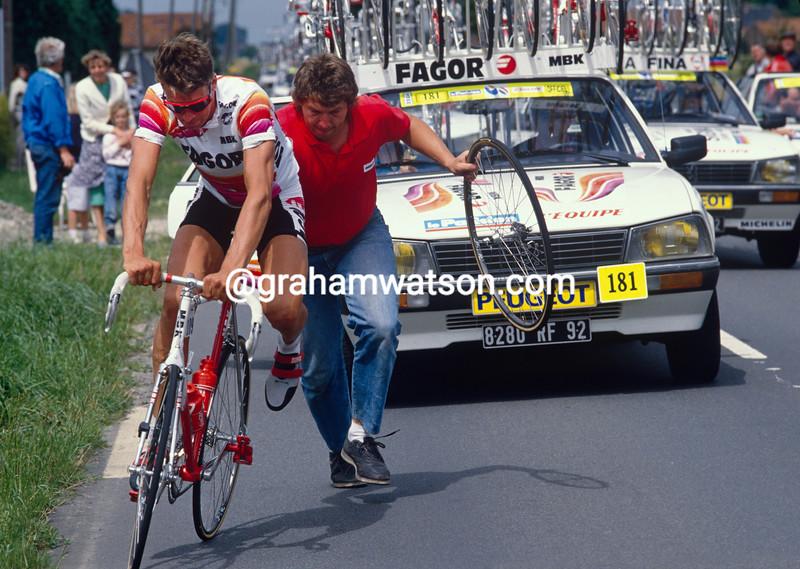 Sean Yates gets mechanical help in the 1989 Tour de FRance