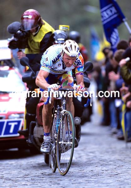 JOHAN MUSEEUW ATTACKS IN THE 1995 TOUR OF FLANDERS